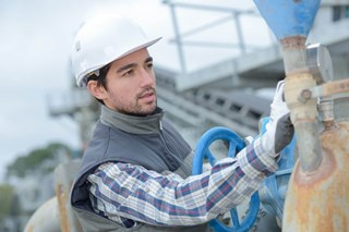 Under what conditions should workers be offered cold protection gloves?