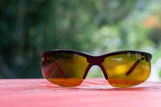 When should workers use polarized safety glasses?